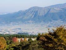 Vista di mattina dei 5 picchi di Aso dall'orlo del sud della caldera vulcanica di Aso fotografia stock