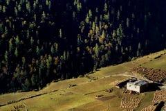 Vista di mattina del villaggio tibetano a Sichuan Cina fotografia stock libera da diritti