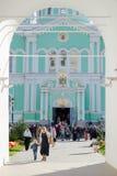 Vista di mattina della cattedrale della trinità dall'arco del campanile di Trini santo Immagine Stock