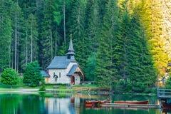 Vista di mattina di piccola vecchia chiesa alla banca del lago Braies Immagine Stock Libera da Diritti