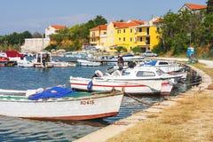 Vista di mattina sul porto della barca a vela in Porat con molti barche e yacht attraccati, Croazia Fotografia Stock