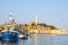 Vista di mattina sul porto della barca a vela in Rovigno con molti barche a vela e yacht attraccati, Croazia Fotografia Stock
