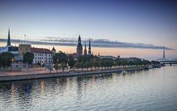 Vista di mattina sull'argine e sulla vecchia città di Riga Immagine Stock Libera da Diritti