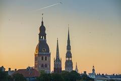 Vista di mattina sulle chiese medievali nella vecchia città di Riga Fotografie Stock