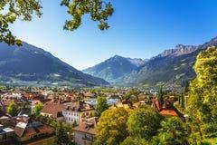 Vista di Meran o di Merano dalla passeggiata di Tappeiner Trentino Alto Adi fotografie stock
