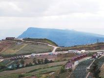 Vista di molte località di soggiorno sull'alta montagna con il cielo Fotografia Stock