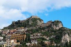 Vista di Monte Tauro nella città di Taormina, Sicilia, Italia Immagini Stock