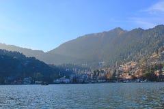 Vista di Nainital dal lago, India fotografie stock