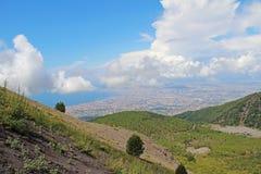 Vista di Napoli dai pendii il vulcano Vesuvio L'Italia Fotografie Stock Libere da Diritti