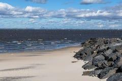Vista di New York dalla spiaggia immagine stock