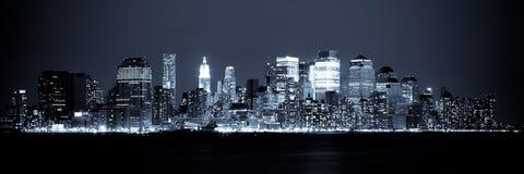 Vista di New York dell'orizzonte di Manhattan entro la notte Fotografia Stock Libera da Diritti