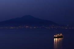 Vista di Nightime di Vesuvio, da Sorrento, l'Italia Fotografia Stock Libera da Diritti