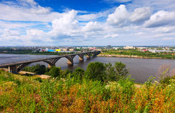 Vista di Nizhny Novgorod con il ponticello di Molitovsky Immagini Stock