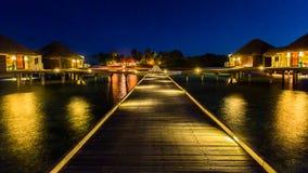 Vista di notte ad una località di soggiorno Maldive di quattro stagioni a Kuda Huraa Fotografie Stock Libere da Diritti