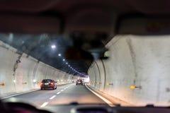 Vista di notte al tunnel sulla strada a Rapallo fotografie stock