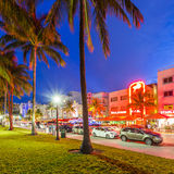 Vista di notte all'azionamento dell'oceano a Miami Immagini Stock