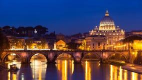 Vista di notte alla cattedrale della st Peter a Roma, Italia Immagini Stock