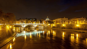 Vista di notte alla cattedrale di St Peter a Roma, Italia Fotografia Stock