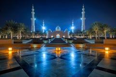 Vista di notte alla moschea, Abu Dhabi, Emirati Arabi Uniti Fotografia Stock