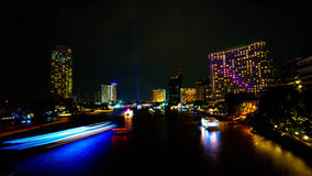 Vista di notte attraverso Chao Phraya River fotografie stock