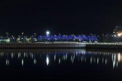 Vista di notte di Bacu con le torri della fiamma ed il boulevard nazionale fotografie stock libere da diritti