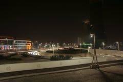 Vista di notte di Beautuful della strada della torre di bahria a Karachi immagini stock libere da diritti