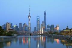 Vista di notte da due banche del fiume Huangpu Fotografia Stock Libera da Diritti