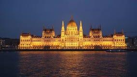 Vista di notte dal fiume al Parlamento della costruzione ungherese del Parlamento di Budapest, capitale ungherese, Budapest stock footage