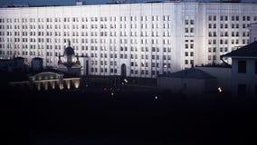 Vista di notte dalla finestra sulle facciate sveglie di grandi nuove alte costruzioni bianche archivi video