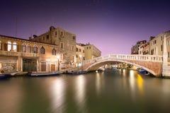 Vista di notte dei canali a Venezia Immagine Stock Libera da Diritti