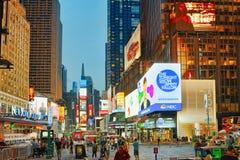 Vista di notte dei periodi Quadrato-centrali e quadrato principale di New York fotografia stock