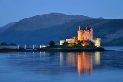 Vista di notte del castello di Elian Donan fotografia stock