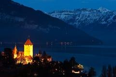 Vista di notte del castello di Spiez Immagini Stock