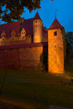 Vista di notte del castello teutonico di ordine in Malbork, Polonia Immagine Stock