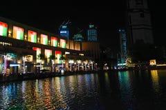 Vista di notte del centro commerciale del Dubai Fotografie Stock