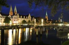 Vista di notte del centro storico di Lubeck Fotografie Stock Libere da Diritti