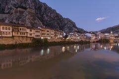 Vista di notte del centro urbano di Amasya, Turchia L'Anatolia, ottomano Fotografia Stock