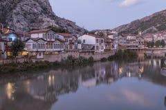Vista di notte del centro urbano di Amasya, Turchia L'Anatolia, ottomano Fotografia Stock Libera da Diritti