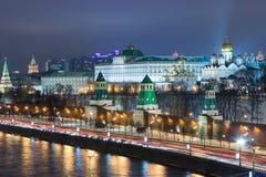 Vista di notte del Cremlino e del fiume di Mosca Fotografie Stock Libere da Diritti