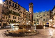 Vista di notte del delle Erbe della piazza nel centro di Verona Fotografia Stock Libera da Diritti