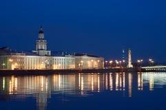 Vista di notte del fiume di Neva immagini stock