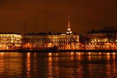 Vista di notte del fiume di Neva Fotografie Stock