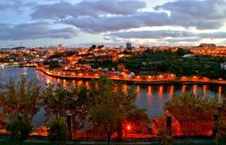 Vista di notte del fiume del Duero a Oporto immagini stock libere da diritti