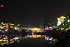 Vista di notte del fiume e della casa antica immagine stock