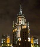 Vista di notte del grattacielo di Mosca Fotografia Stock