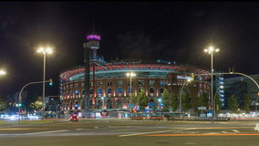 Vista di notte del hyperlapse del timelapse di Plaza de Espana con l'arena a Barcellona, Spagna video d archivio