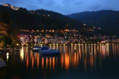 Vista di notte del lago Ginevra e delle alpi Fotografie Stock Libere da Diritti