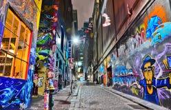 Vista di notte del materiale illustrativo variopinto dei graffiti a Melbourne Fotografia Stock