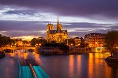 Vista di notte del Notre Dame de Paris Fotografie Stock Libere da Diritti