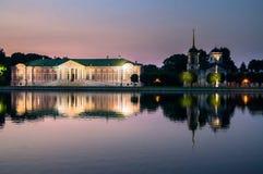Vista di notte del palazzo e della chiesa aristocratici con il campanile accanto allo stagno nella museo-proprietà Kuskovo, Mosca Fotografia Stock Libera da Diritti